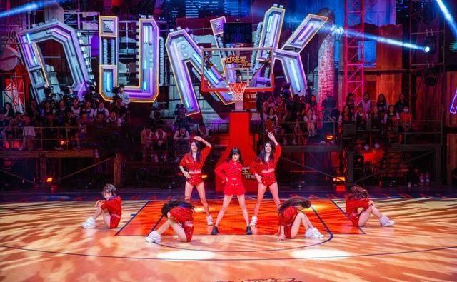 《这!就是灌篮3》首播,四大篮球宝贝惹眼,女团开始坐镇篮球赛