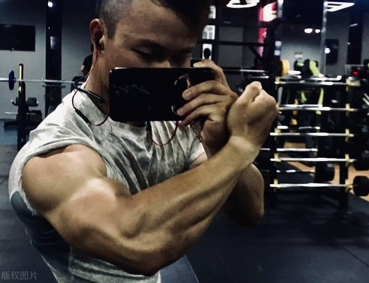 如何练出男人的麒麟臂?这一组练臂动作,撕裂手臂肌肉!