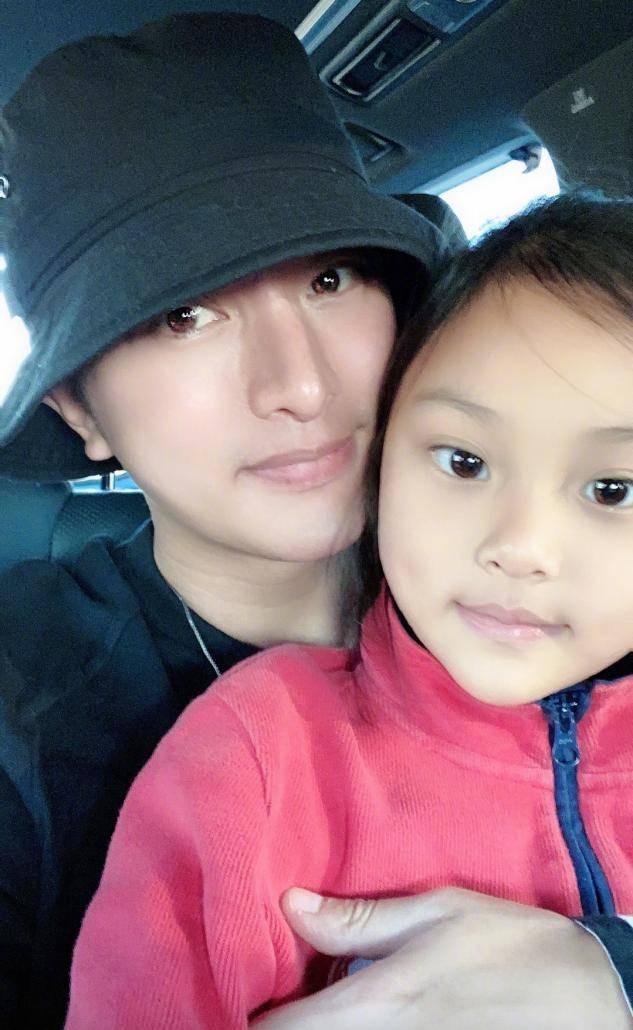 李小璐晒视频为甜馨庆生,教8岁女儿化装惹争议,网友:爱漂亮无罪(图7)
