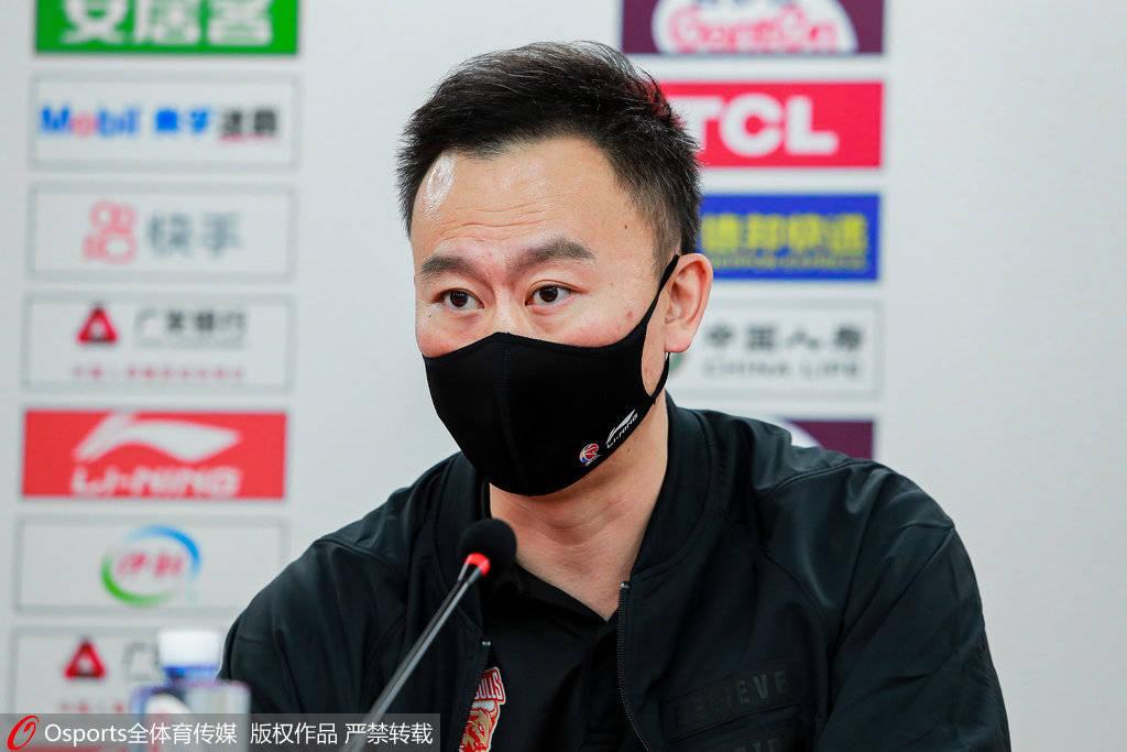 此役浙江队中心吴前虽然出现在球队替补席但并没有出场