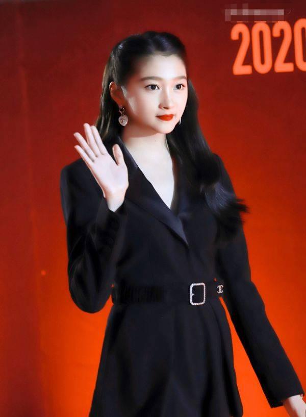 难怪鹿晗不喜欢关晓彤穿短裙,当她搭配高跟鞋后,秀出的腿太绝了