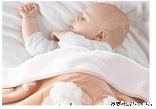 冬季给宝宝盖被子时,父母别犯这4个错误,不保暖还会让宝宝生病
