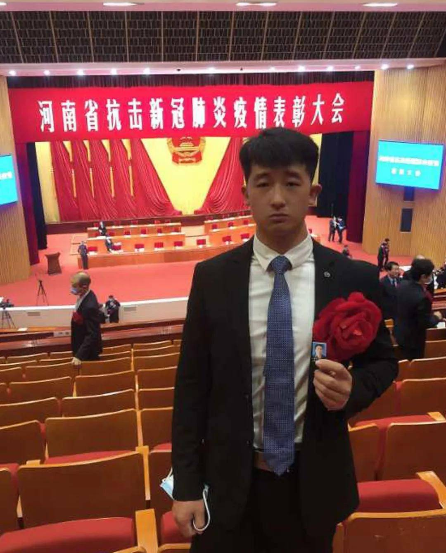 """""""父亲,这是您的荣誉。我陪您来领了!""""民权县的王豪带着父亲的遗像去领奖"""