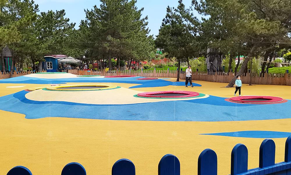 儿童乐园嵌入式地面蹦床,好看好玩的户外游乐体验!_项目