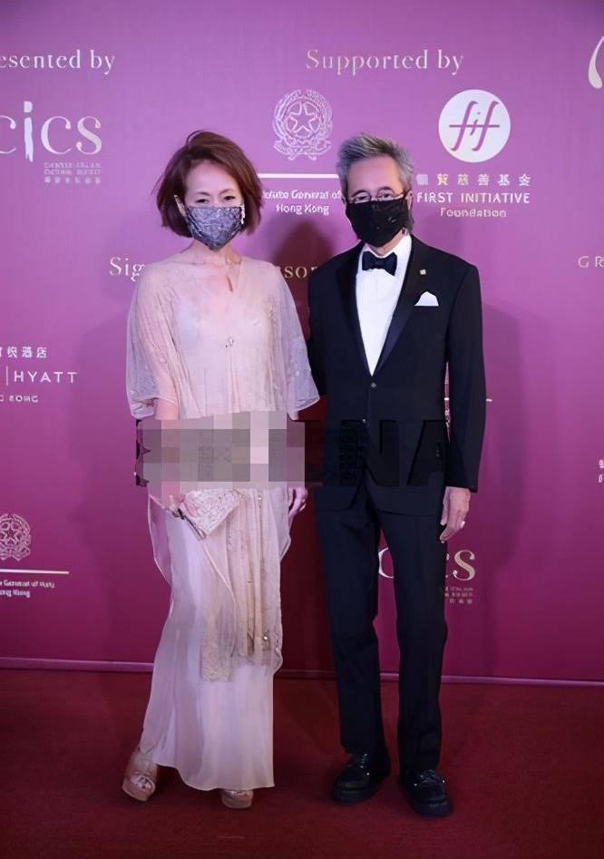 原创             叶童脸都垮了还不承认老,穿薄纱裙扮嫩,没有57岁的真实和优雅!