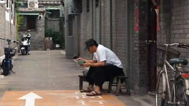 40岁谢霆锋蹲巷口吃面,踩凉拖越来越像老大爷,身边仍不见王菲