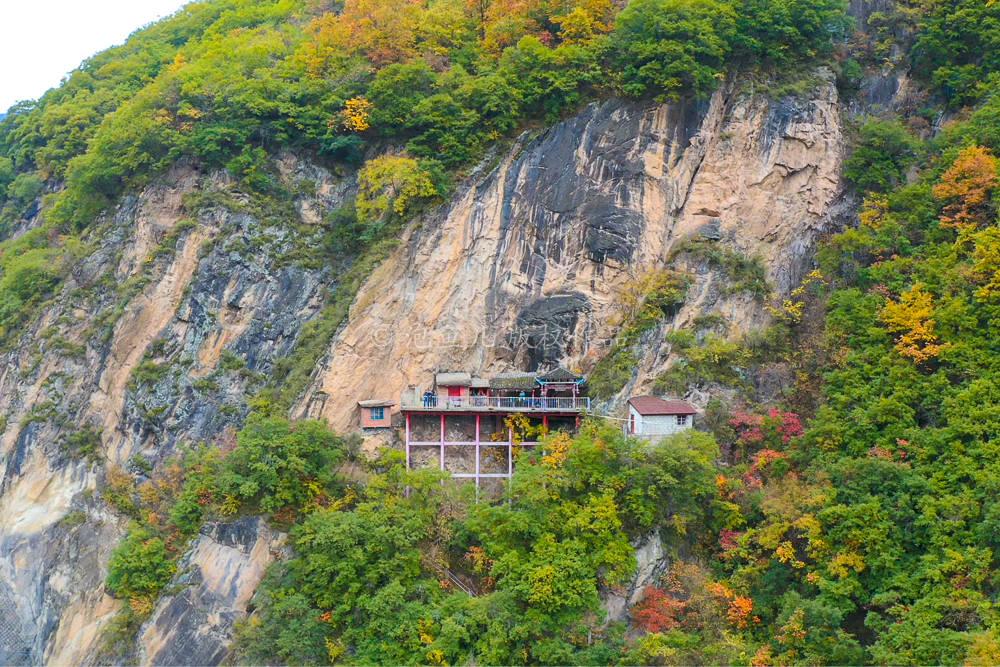 """原创             秦岭深山发现一座""""挂""""在悬崖上的寺庙,小伙冒险爬上去一看,吓坏了"""