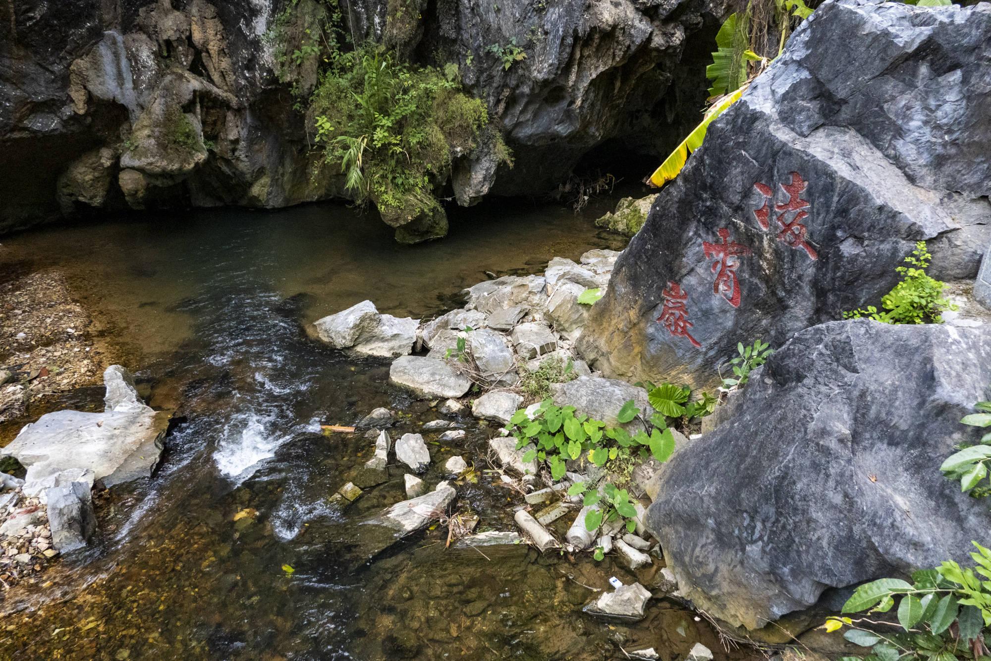 广东阳江100多米高的凌霄溶洞,洞内如梦如幻,已经沉寂了数万年