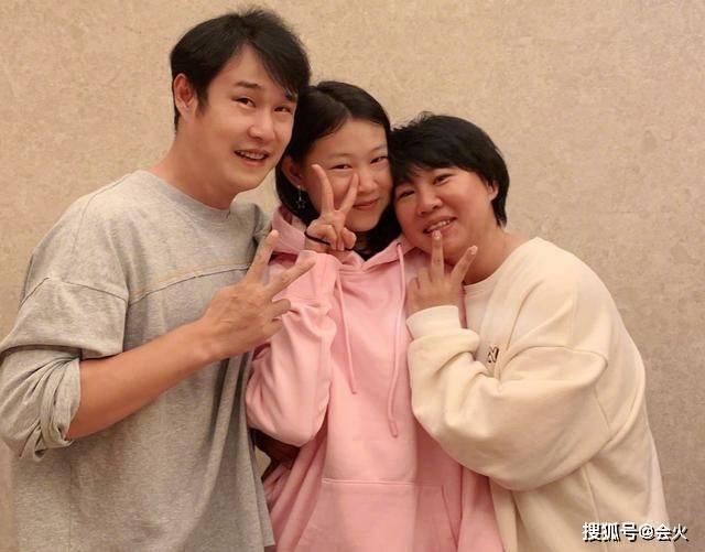 小沈阳女儿对镜头抛媚眼,名媛范足不像14岁!穿戴泄漏其不差钱(图11)