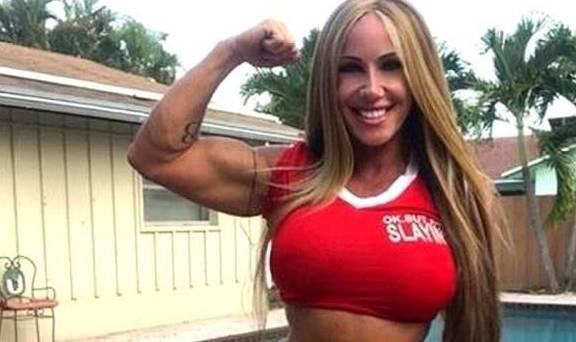 50岁阿姨坚持健身多年,全身肌肉发达,看上去依然年轻