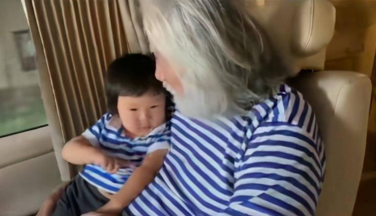 69岁张纪中带娃拔萝卜超卖力,曾扮马让儿子骑被娇妻吐槽,老来得子他当爹不易!