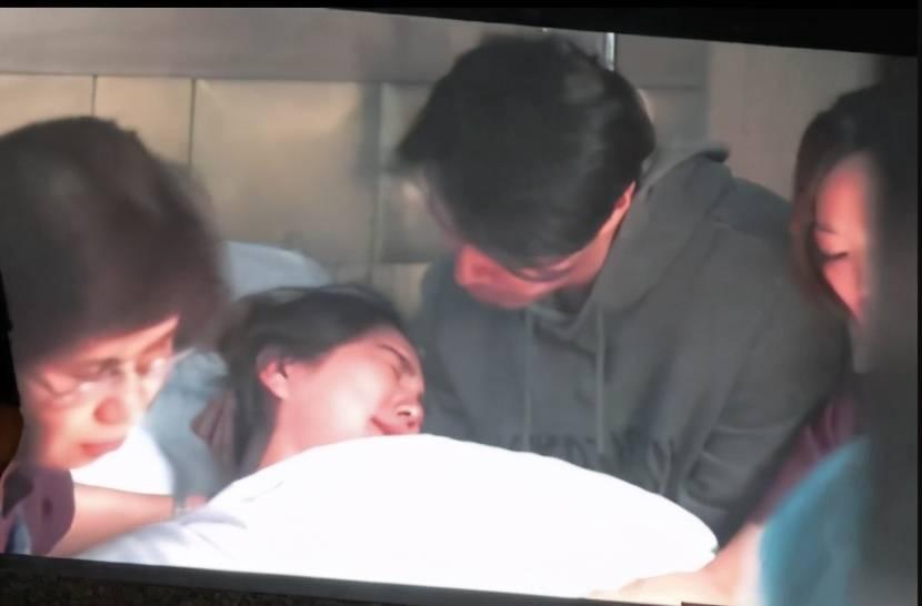 Ella首次公开分娩私密视频,宫缩痛得辗转反侧,看哭围观众人