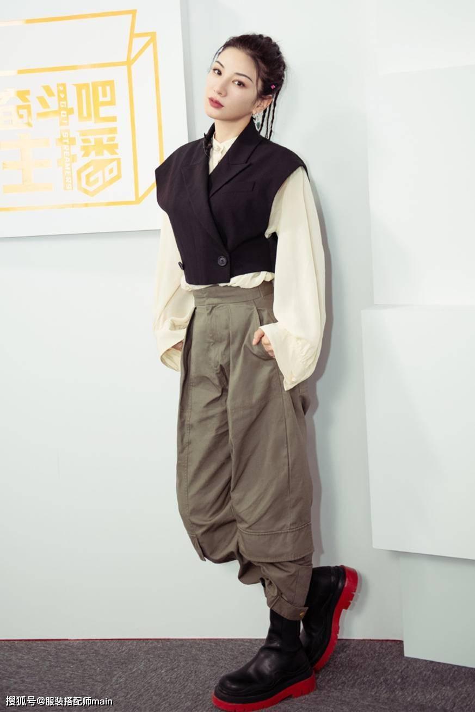 黄奕终于逆袭!穿搭时髦精致,明明已是阿姨的年纪身材却不输少女