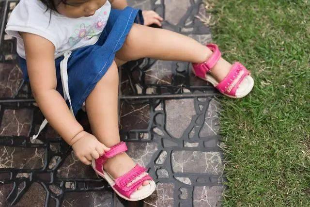 给宝宝选什么样的鞋合适?要避免哪些坑?关于正确选鞋一文讲透