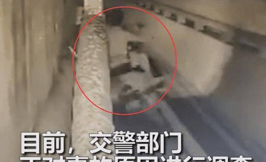 深圳男子疑玩手机上立交桥,遭货车碾压身亡,现场画面曝光!