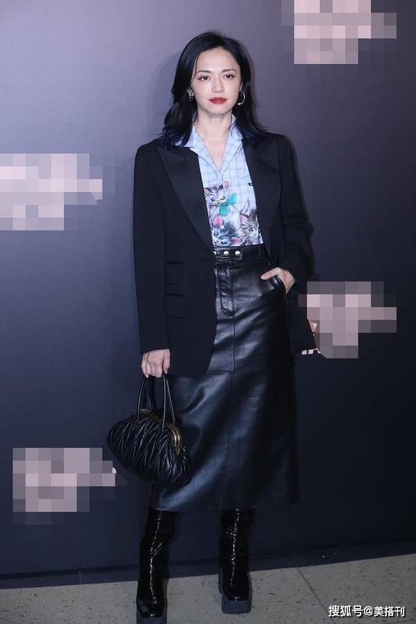 原创             41岁姚晨与杨超越同台,西装配皮裙女王范十足,状态气质都不输