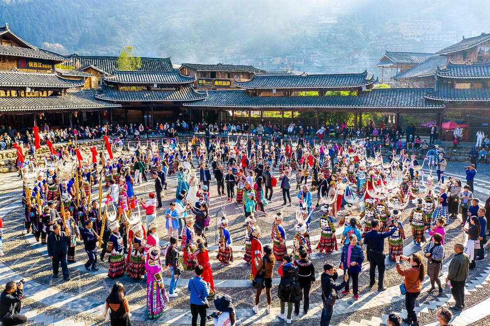 藏在贵州大山的西江千户苗寨,都说商业味太浓了,还值得一去吗?