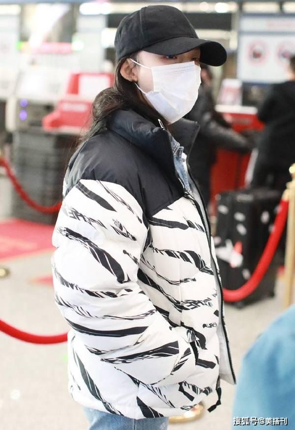 原创             林允这么怕冷?机场面包服叠加牛仔衣,穿这么厚身形依旧很纤细