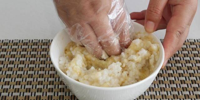 剩米饭新吃法,这可比蛋炒饭好吃百倍,妈妈早起5分钟就能搞定