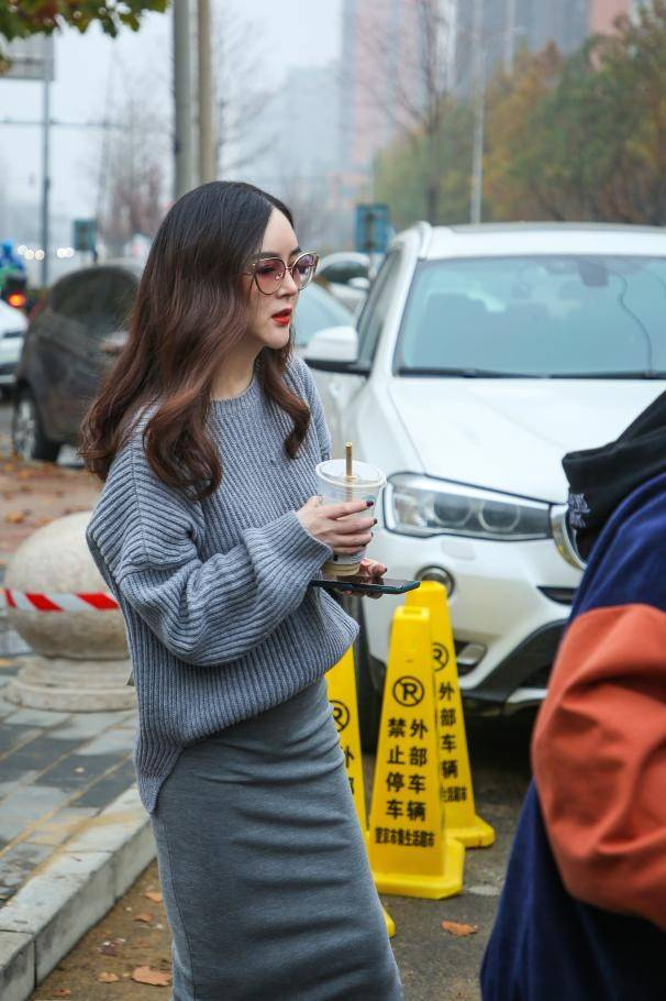 万物霜华相遇美好 刘竞柔婉可人现身午后都市街区