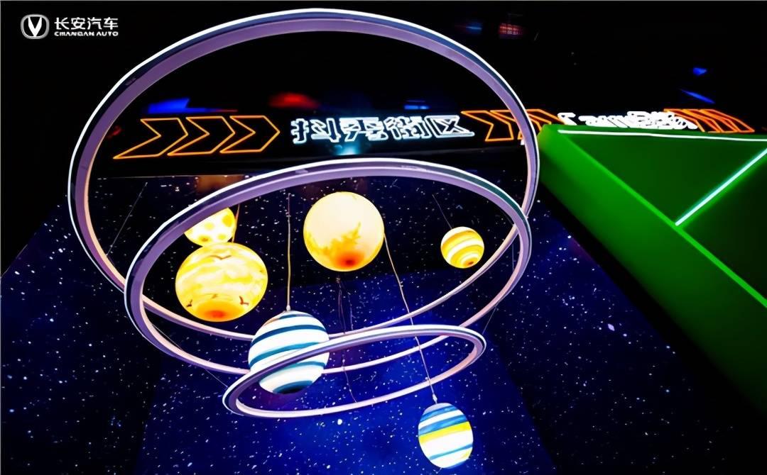 空间站失重环境中 王亚平太空辫子抢镜