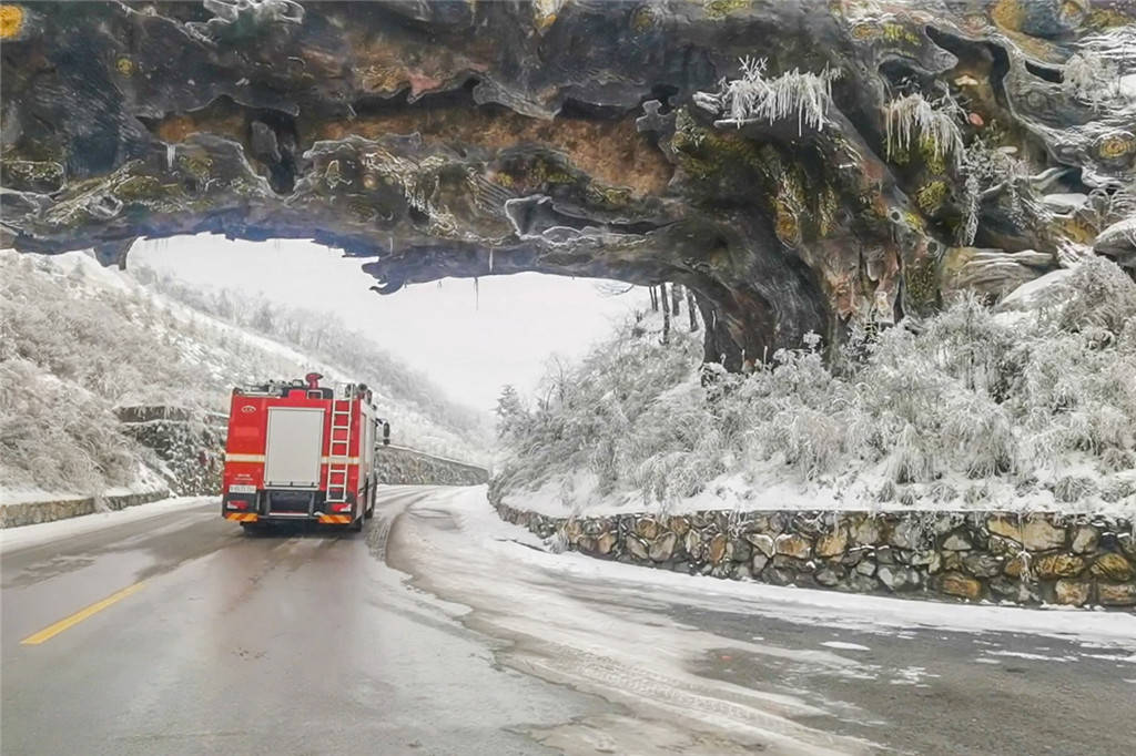"""湖北神农架:风雪中的一抹""""橙"""" 大山里的护林人"""