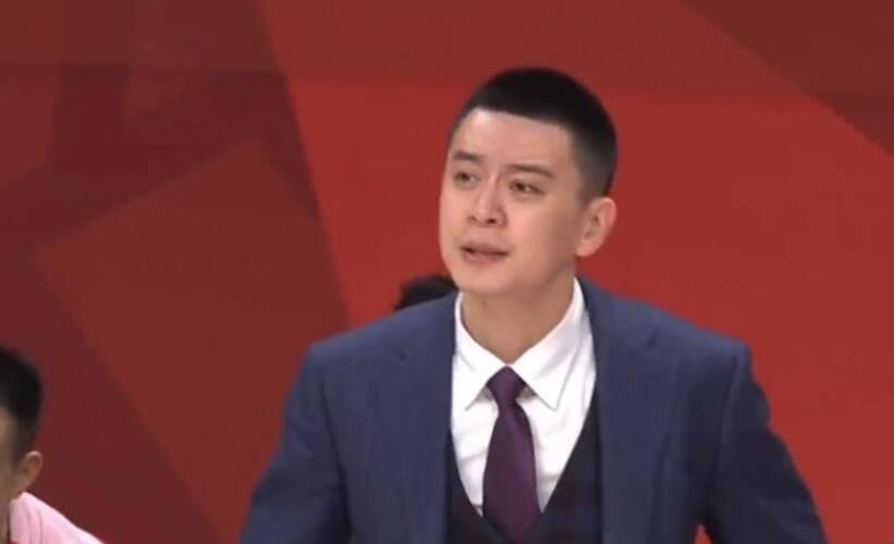 恨铁不成钢!朱荣振被打2+1 杨鸣怒拍场边广告板-GIF
