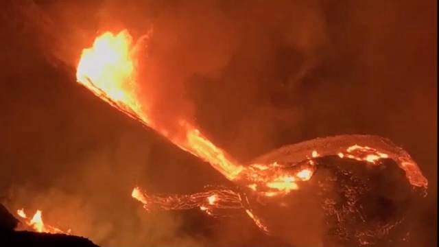 夏威夷火山发生大规模喷发,熔岩喷泉高达18米
