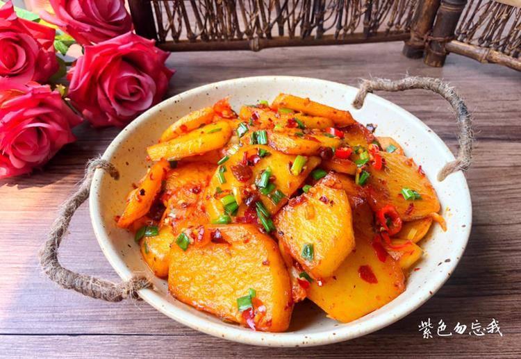 土豆最好吃的做法 香辣鲜味 好吃到舔盘 做法用料超简朴:米乐体育app(图1)