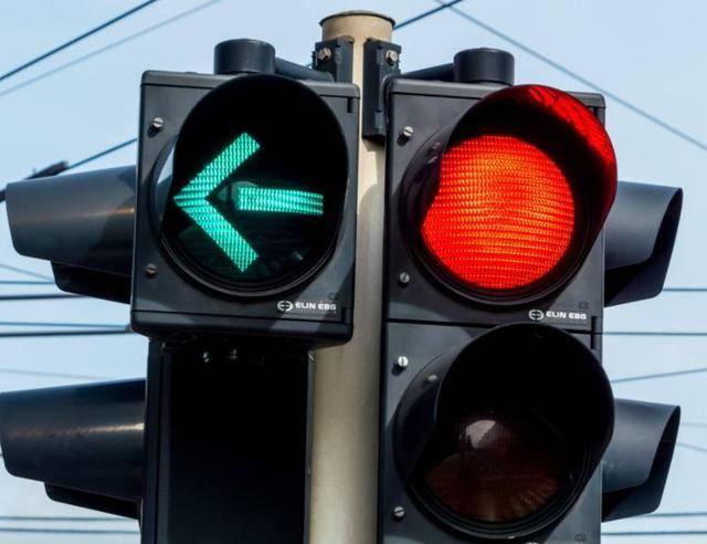 原创等。前车红灯抛锚,后车能否实线变道?
