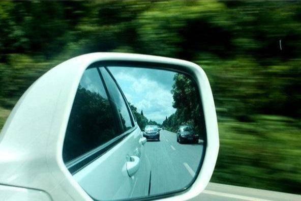 新手不会调后视镜,老司机教你几招,就能让汽车盲区降到最低