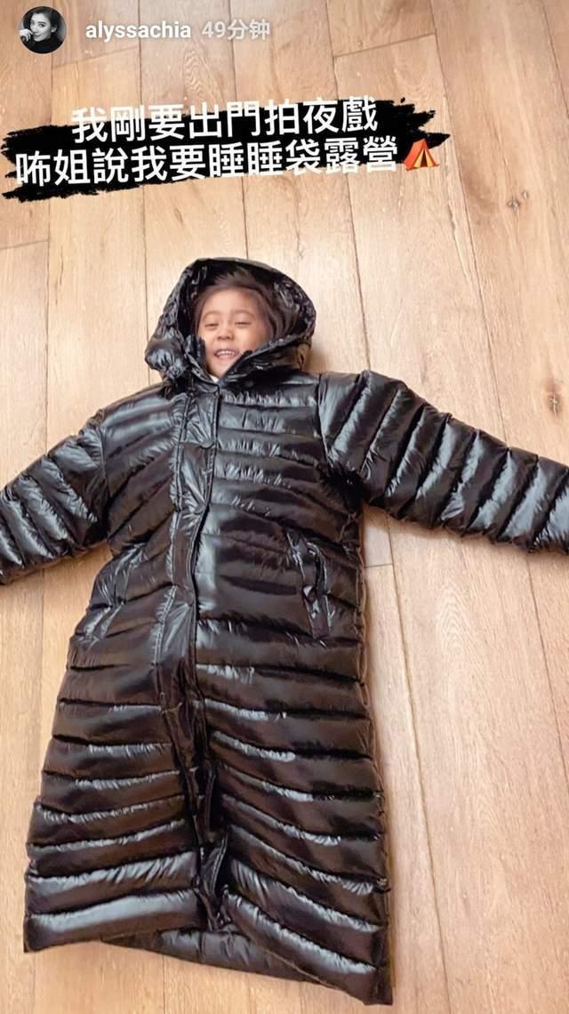 咘咘穿贾静雯长款羽绒服,自称要在睡袋里露营,笑得一脸得意  第4张