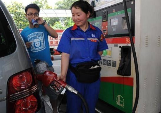 汽车加油到底该不该加满?多数车主都做错了,难怪费油又伤车