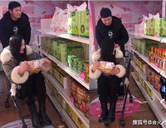 原来的大衣姐夫扫了货,被推着购物车走了。他手里拿着一个大鸽子蛋,质量很差