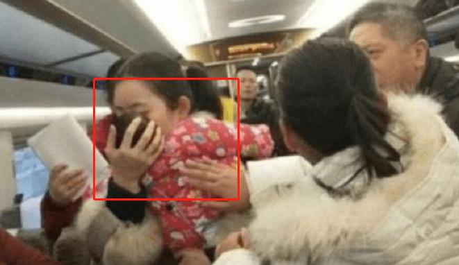 """8个月大婴儿火车上大哭,""""妈妈""""冲奶粉时乘客报警,网友:真棒"""