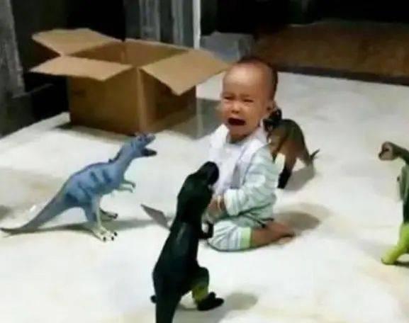 为安心打游戏,宝爸派4大神兽看娃,宝宝:我要找妈妈  第2张
