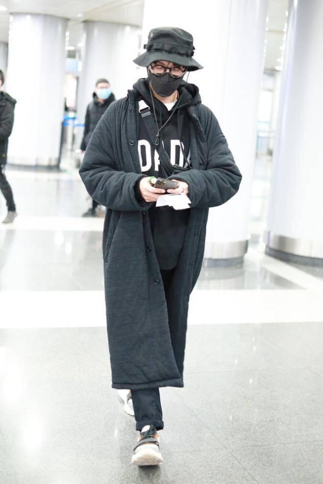 陈坤果然会穿,大衣+连帽卫衣潮流范十足,45岁穿出25岁状态