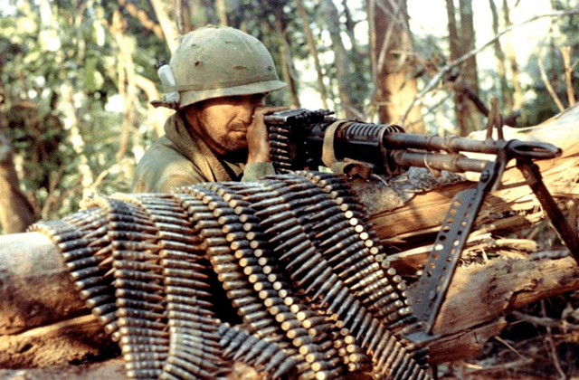战场上士兵冲锋时,后面掩护的机枪,为何不怕打到自己人?