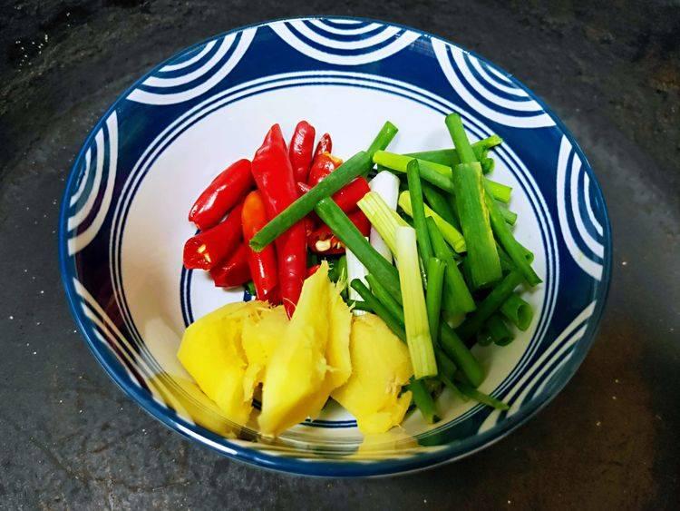 今日下厨做道爱吃的菜:咸鱼烧白萝卜