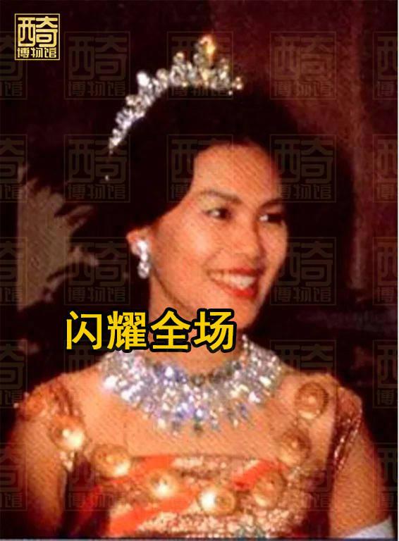 原创             动图:诗丽吉大婚时用胸针当王冠,普密蓬为补偿购19顶王冠赠娇妻