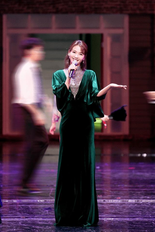 刘涛气质好出众,穿祖母绿丝绒裙走复古风,这身材哪像俩娃妈