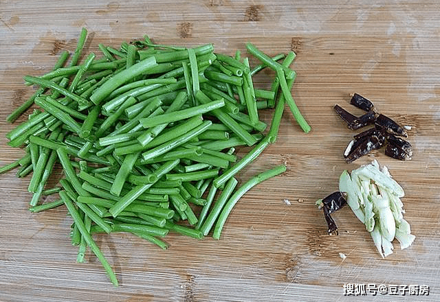 冬天多吃此菜,3元1斤,通便解毒抑菌消炎,和肉一起炒,超下饭
