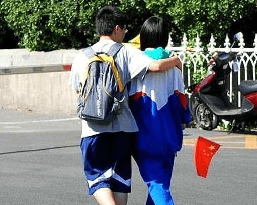 """""""防早恋""""校服走红,学校为了孩子操碎心,网友直呼:一点不管用  第4张"""