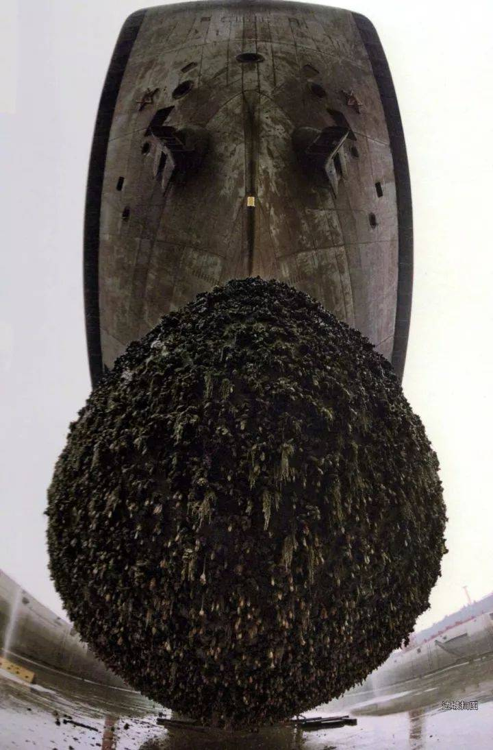 好大的一坨紫菜:辽宁舰刚回国时,满目疮痍,球鼻艏挂满了海鲜!