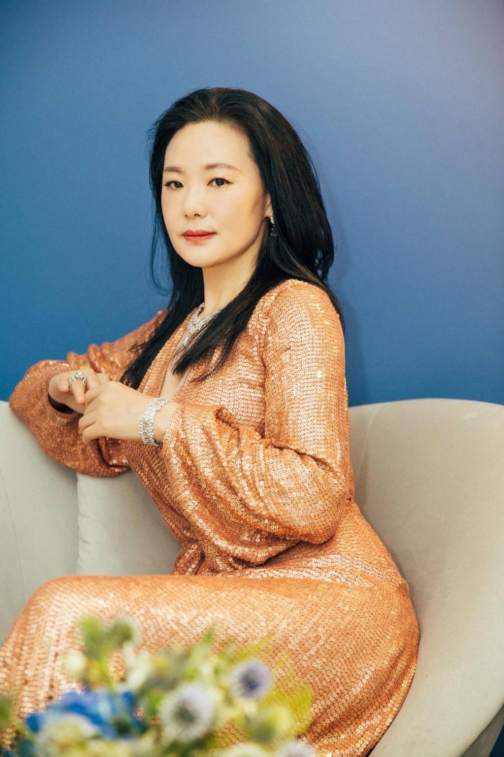 原创             50岁的咏梅气质怡人,有皱纹也美得从容,穿白色斗篷裙淡雅高贵