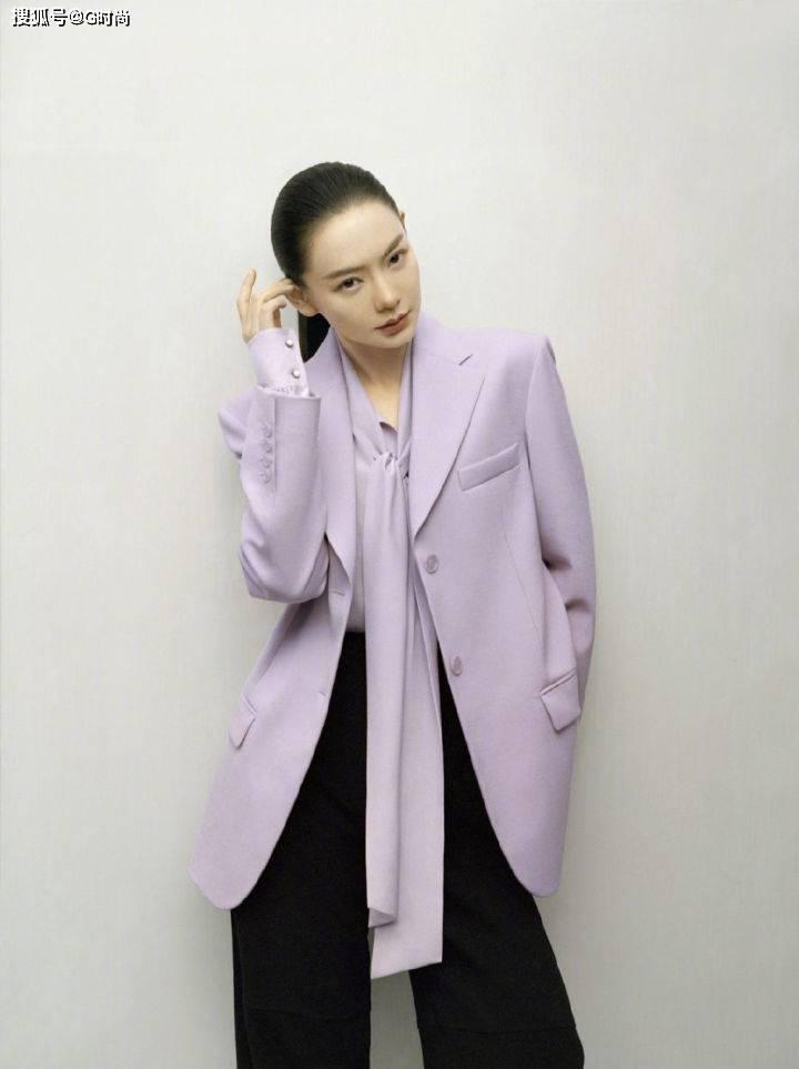原创             戚薇身穿香芋紫色西服,自由率性清新淡雅,真的太有范了