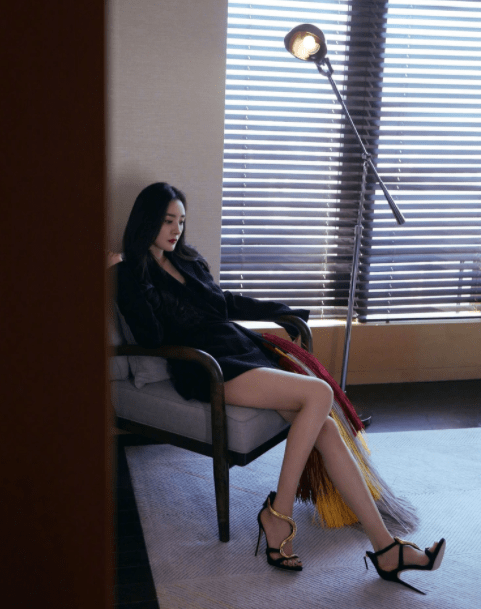 杨幂下衣失踪露美腿,戴宋慧乔同款140万耳环,尽显女王风范