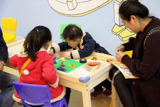 孩子多大适合接受性教育?爸爸:我们家孩子才八岁,他年龄还小  第1张