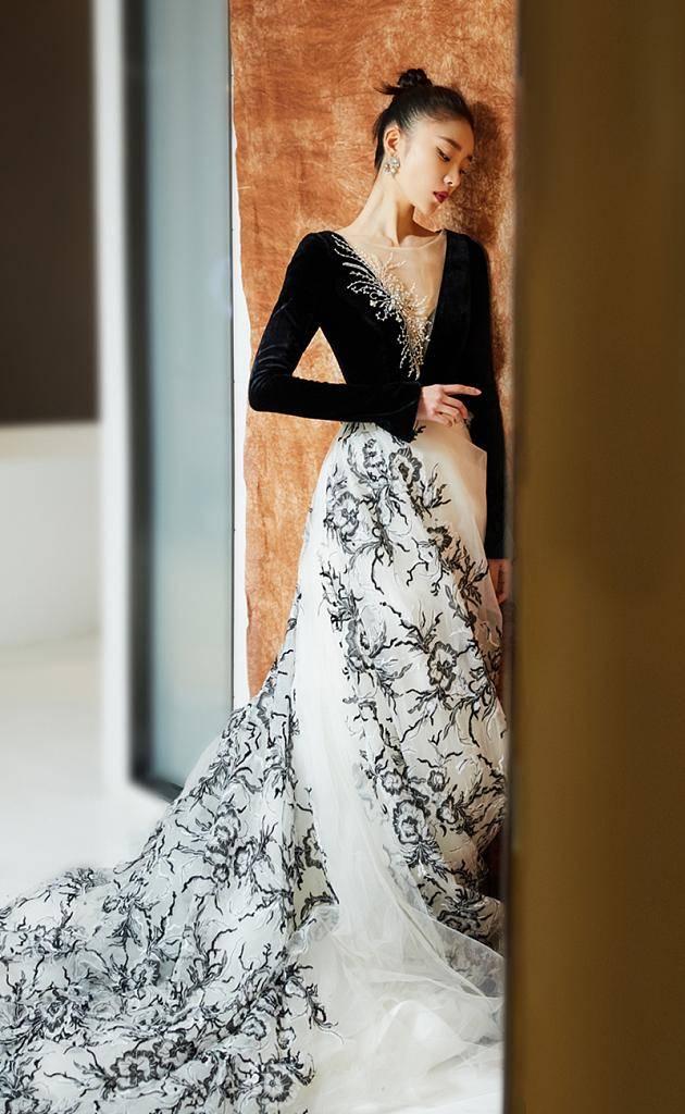 张月深V长裙出席活动,高挽发髻天鹅颈迷人,古典元素清雅大方