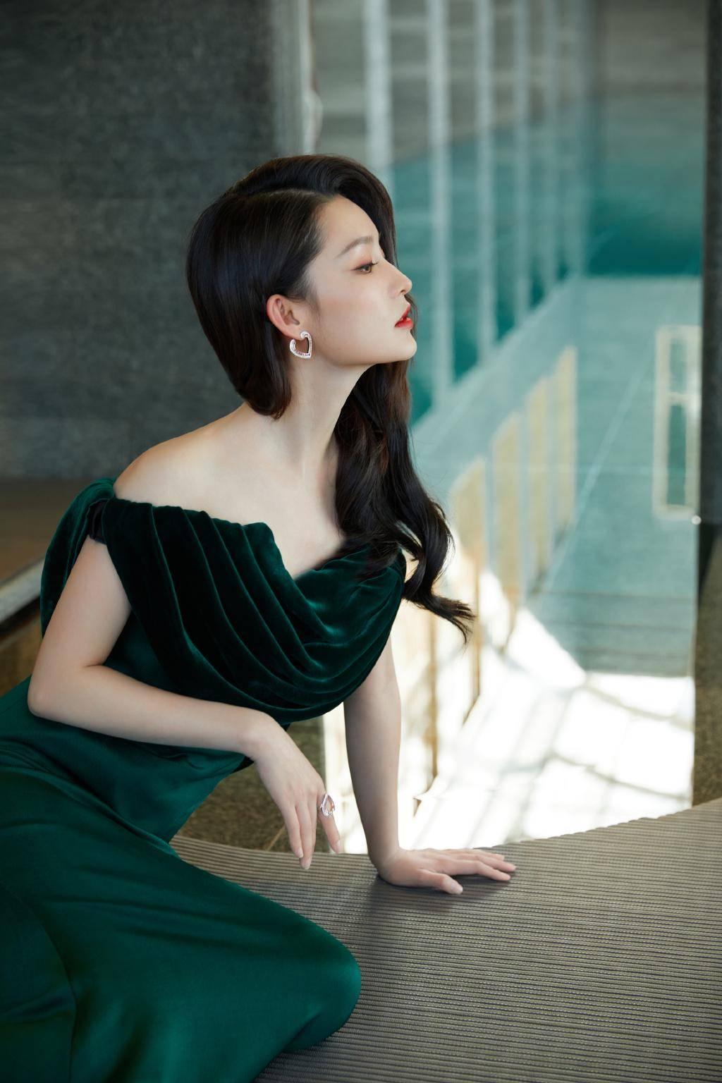 """原创             李沁墨绿名伶造型,复刻妖冶""""夜上海"""",光影笼罩美背质感满分"""